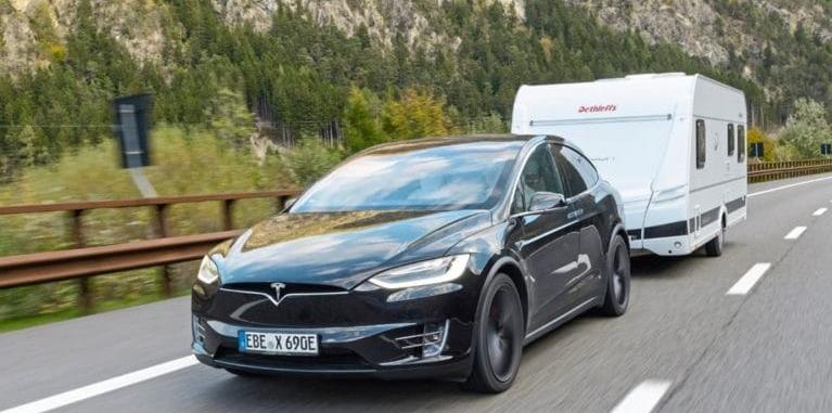 elektrische auto op vakantie die mag trekken met trekhaak